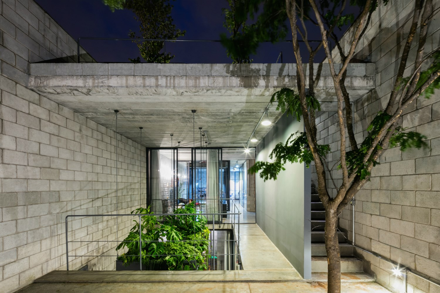 Located in the most populous city of Brazil, this long and narrow home in São Paulo was redesigned to create more space. In a city where the value of land is getting ever higher, the design of this home by Terra e Tuma Arquitetos Associados does not discount the value of creating more open spaces infused with greenery.