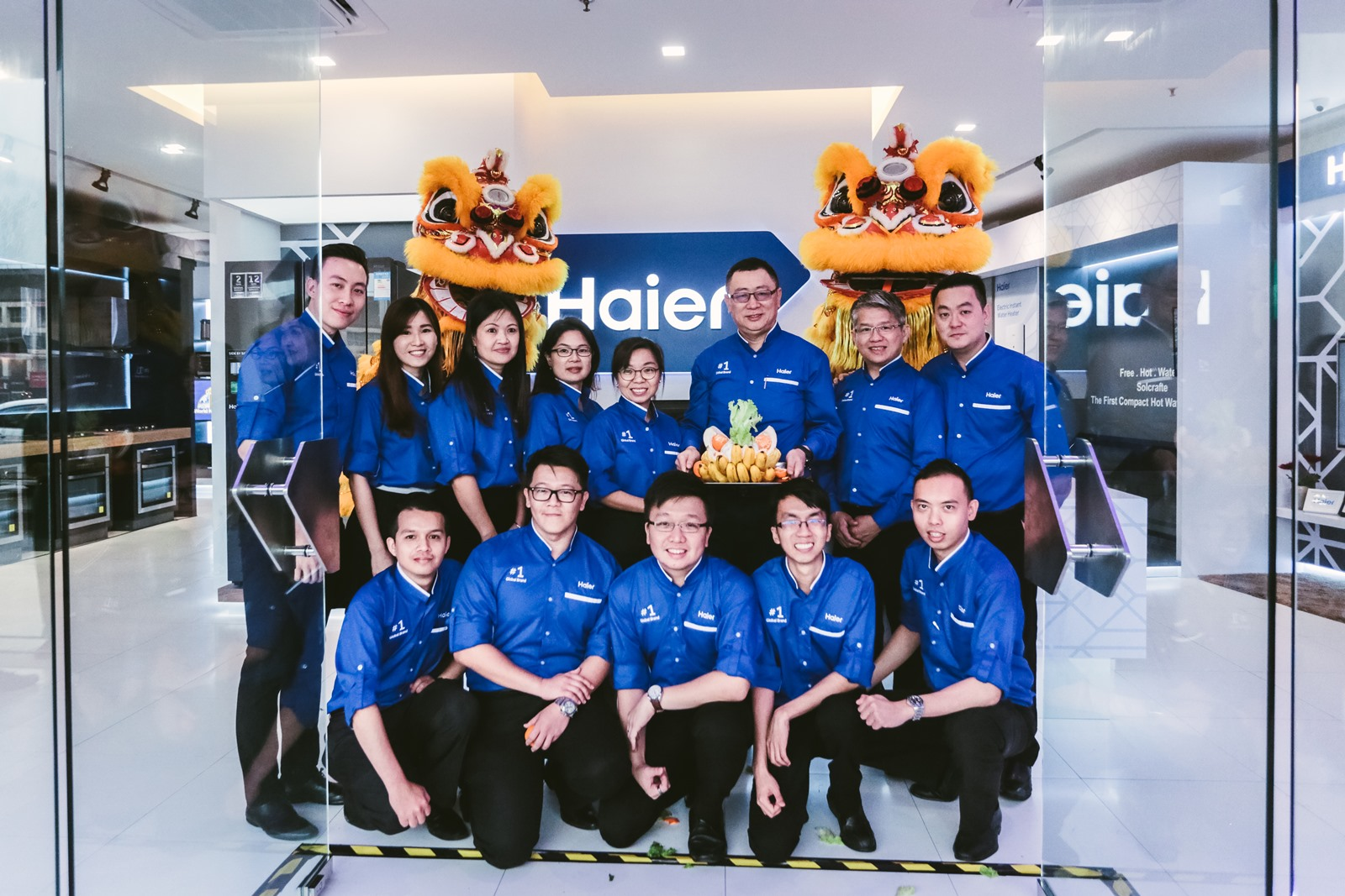 Mr Shi Zhiyuan, Managing Director of Haier (3rd from right) together with the management team opens the doors of the Haier Experience Centre in SetiaWalk, Puchong to the public.